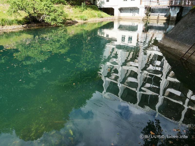 水面に映る丸沼ダム