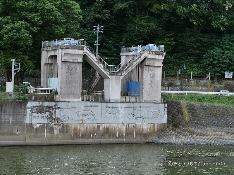 左岸の下流側に旧釜口水門が残されています