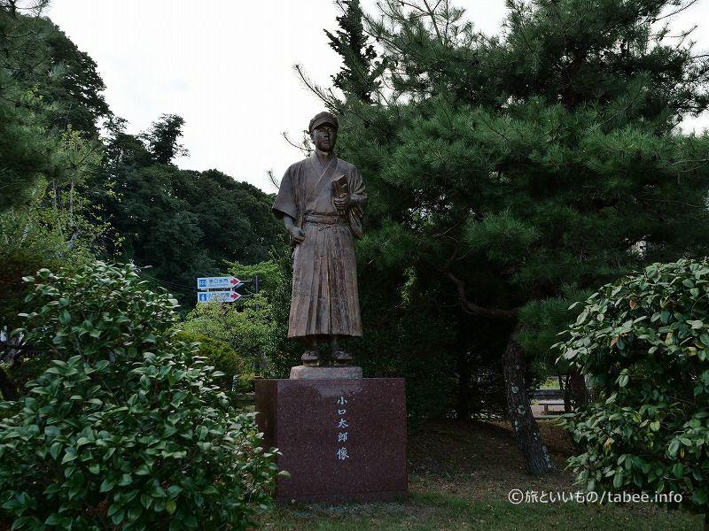 広場には小口太郎の銅像