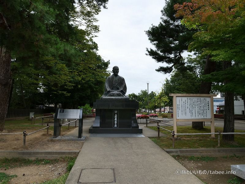 松岬神社の横には上杉 鷹山公の像
