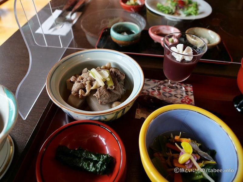 ぶどうの寒天(上)、米沢牛のいも煮(左)、紫蘇巻き(左下)、冷汁(右)