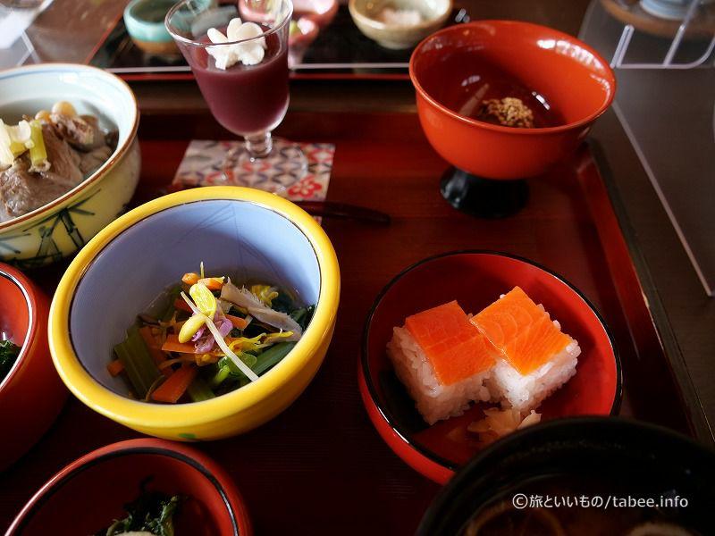 鯉のことこと煮(右上)、塩引き寿司(右真ん中)、みそ汁(右下)