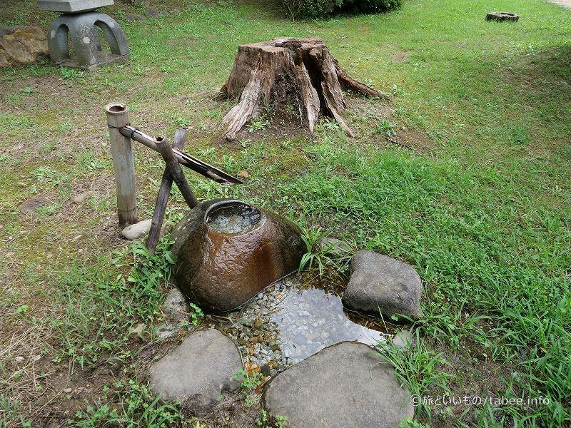 甌穴のある岩を削ったのでしょうか