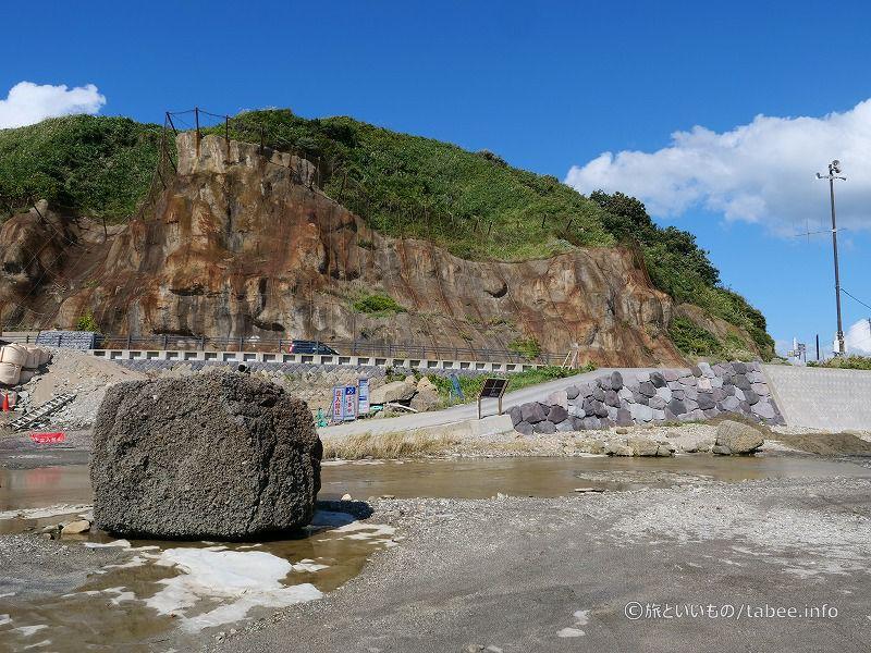 ゴジラ岩への道はスロープになっています