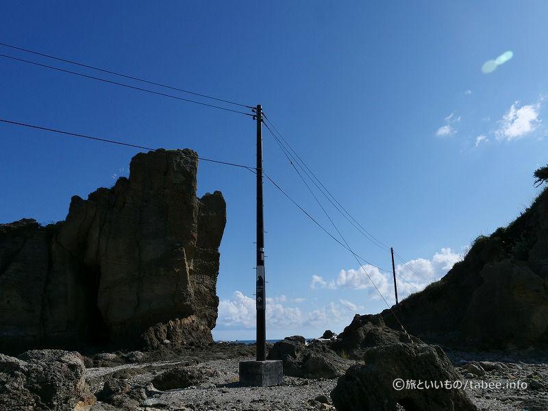 電柱にもゴジラ岩への案内が