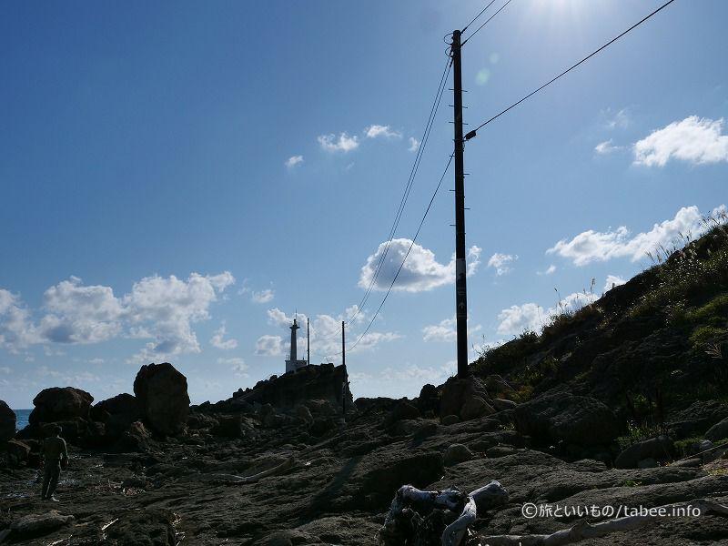 電線は灯台へ向かっています