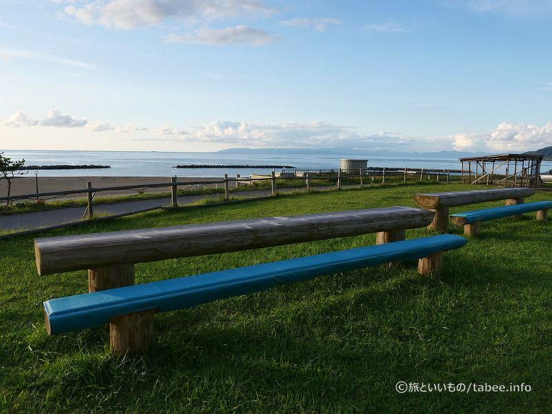 日本海を眺めることができる長いベンチと机