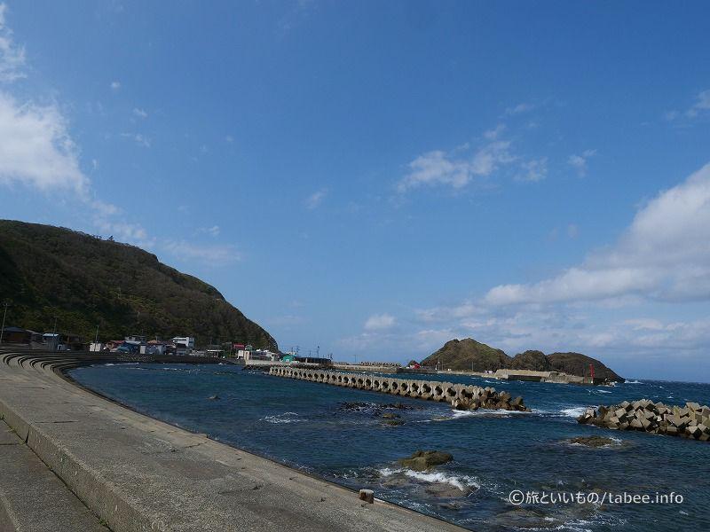 帯島はカーブした右側にあります